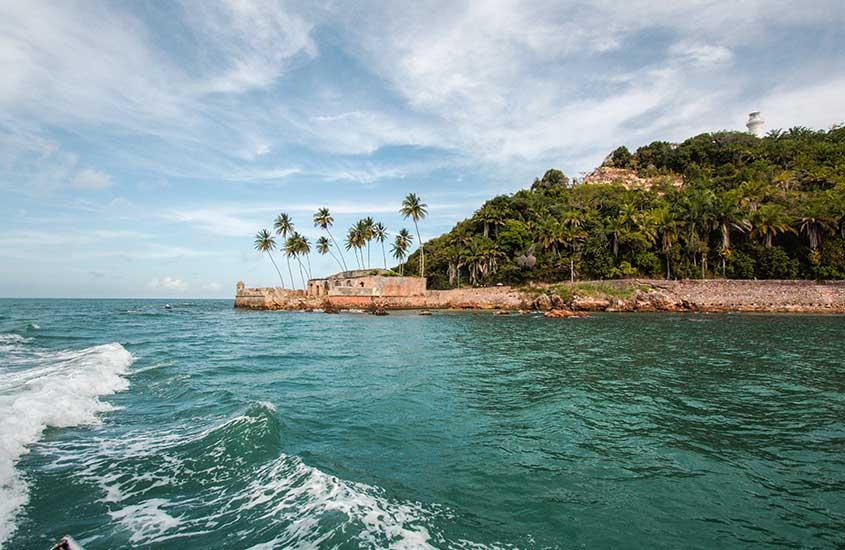 mar e vegetação de morro de sao paulo, durante o dia