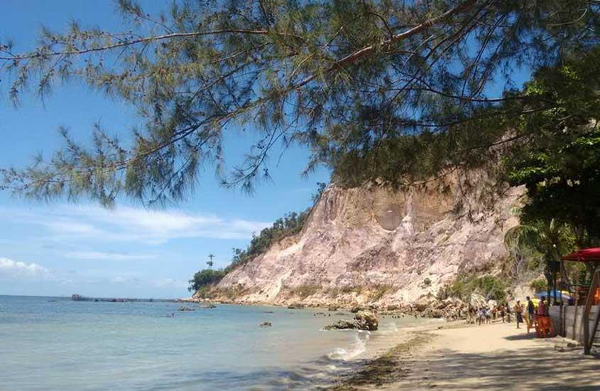 mar e pessoas na areia de praia de Gamboa, um bom lugar para visitar por quem busca o que fazer em morro de são Paulo