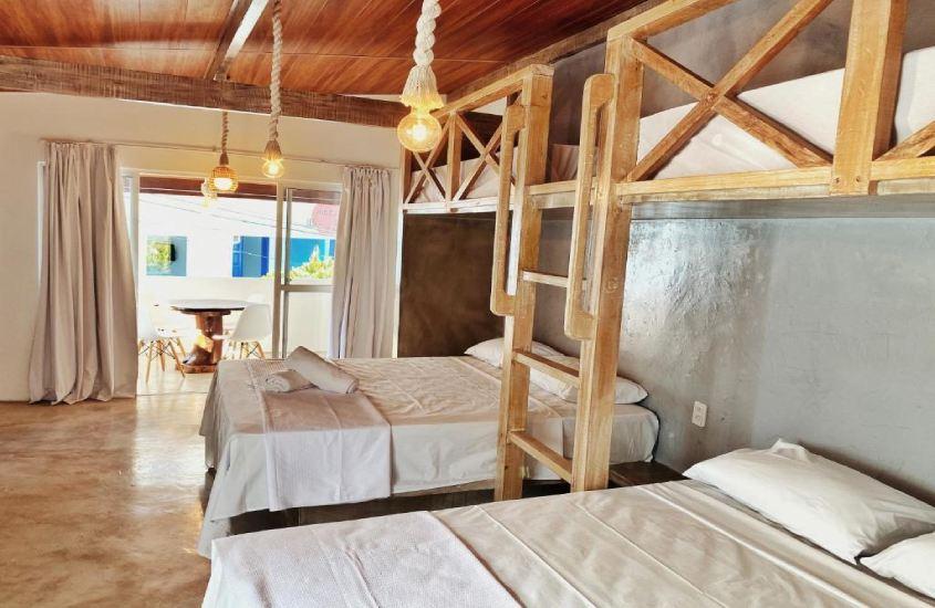 camas de casais em quarto da Pousada Primeira Praia Suítes, um bom lugar para quem busca onde ficar em morro de são paulo