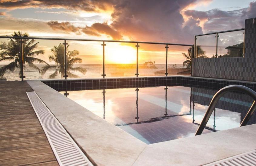 piscina com vista para o mar na Pousada Ilha do Sol, uma boa opção para quem busca onde ficar em morro de são paulo