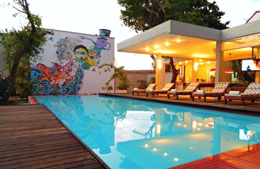 espreguiçadeiras e piscina de área de lazer de Villa Dos Graffitis, uma opção para quem busca onde ficar em morro de são Paulo