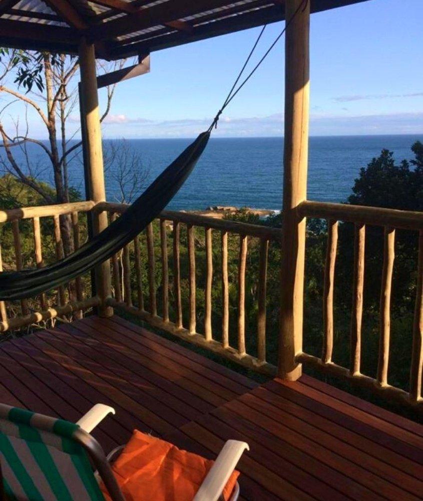 rede de descanso em varanda de frente para o mar em Trindade