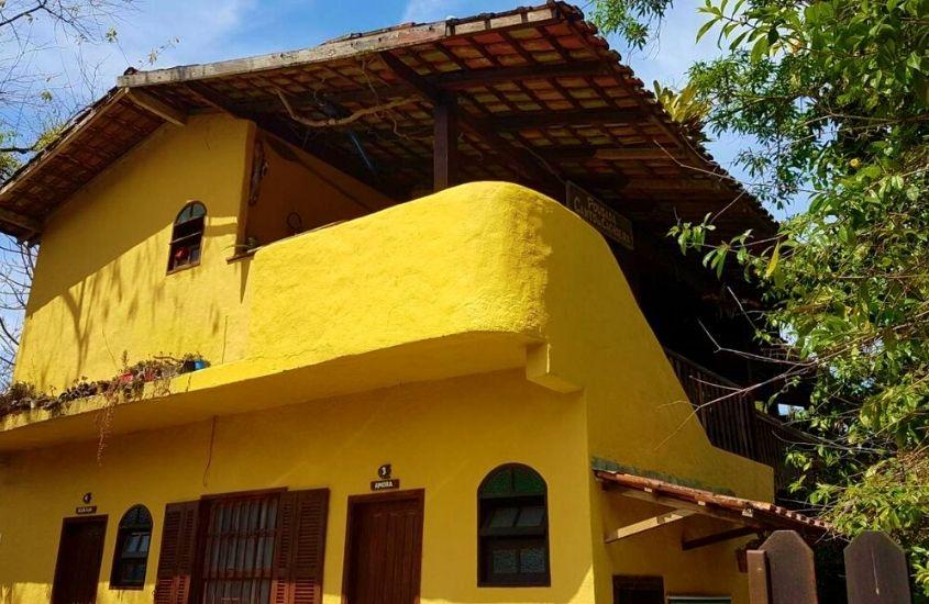 construção amarela de dois andares onde funciona a Canto da Cachoeira uma das pousadas de trindade