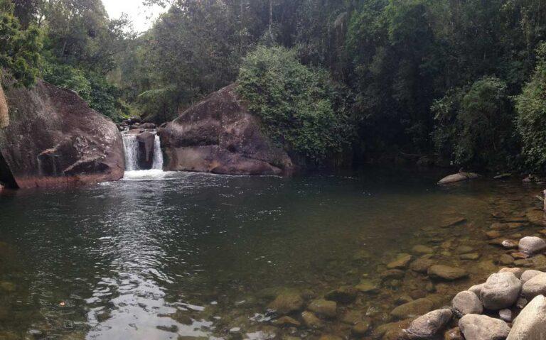 cachoeira e árvores em Visconde de Mauá