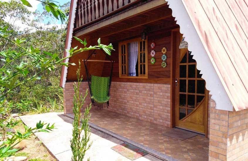 varanda de chalé com rede em Recanto Mauá, uma boa opção de pousada para quem busca onde ficar em Visconde de Mauá