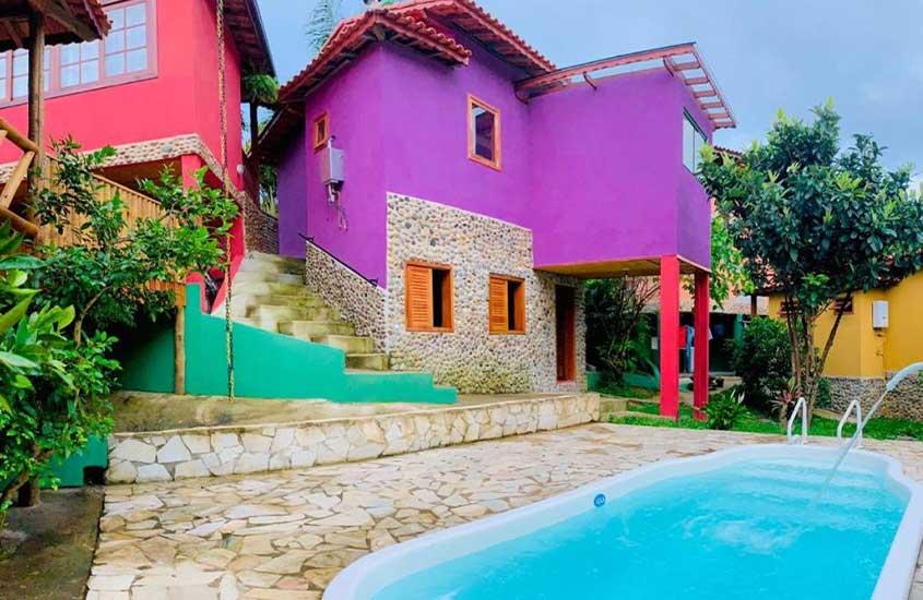 piscina azul em área de lazer de Pousada Pináles, uma alternativa para quem busca onde ficar em Visconde de Mauá