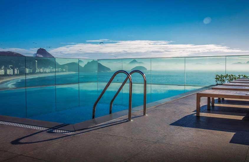 piscina em terraço com vista para o mar em Miramar Hotel by Windsor uma opção de onde ficar no rio de janeiro