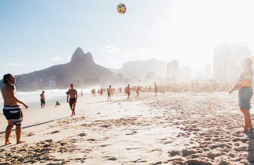 pessoas jogando altinha em areia de praia em Ipanema
