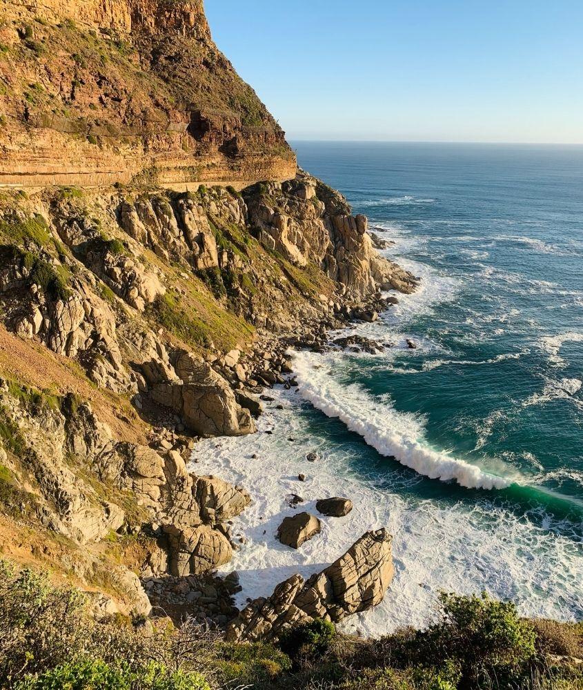 Montanhas e mar e pedras em Cape Point National Park, um dos principais pontos turísticos da áfrica do sul