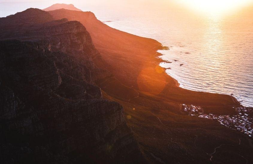 1. montanhas e mar durante entardecer em Cidade do Cabo um dos pontos turísticos da áfrica do sul