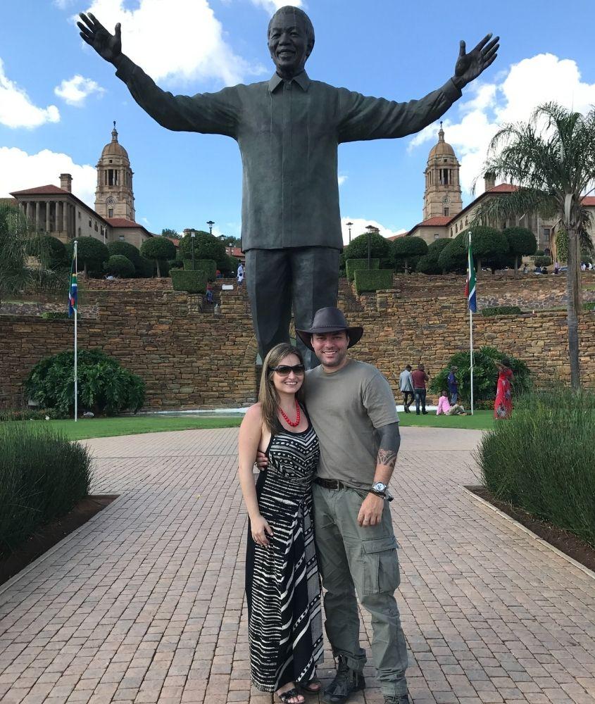 Pretoria, África, casal em frente à estátua do Nelson Mandela