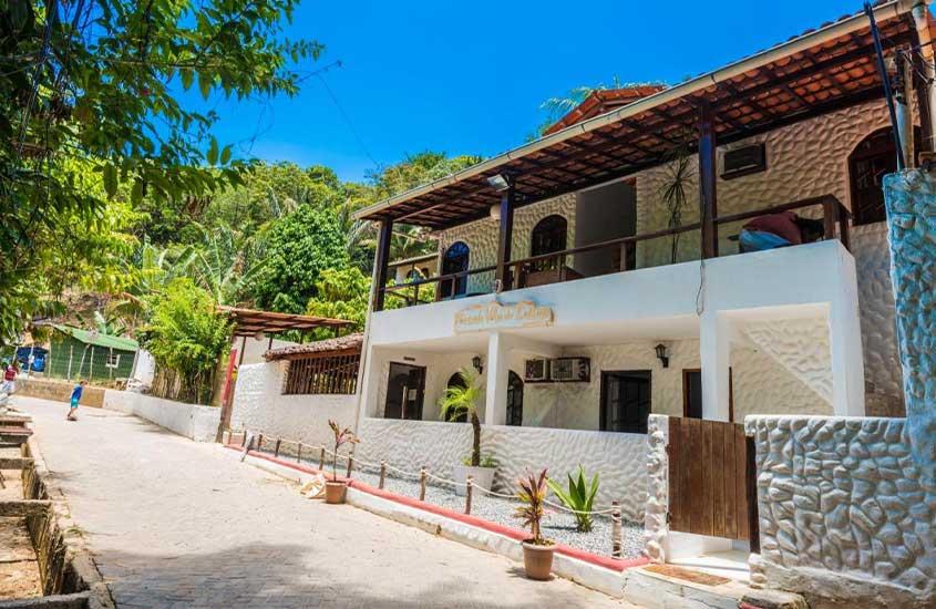 fachada de casa branca de dois andares onde funciona a Pousada Vila do Sossego, uma opção de onde ficar em morro de são paulo