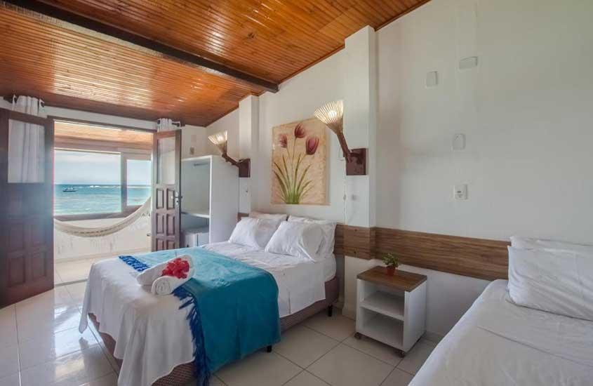 cama de casal e rede de descanso em quarto de Mar Aberto, uma das pousadas em morro de são paulo