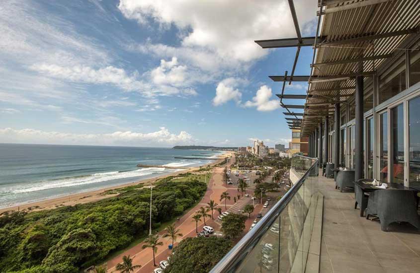 varanda de Belaire Suites Hotel de frente para Golden Mile, trecho de praia que abriga algumas das melhores praias da África do Sul