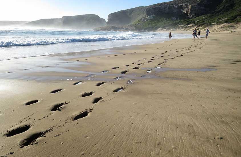 pessoas caminham em ariea de Robberg, uma das melhores praias da África do Sul