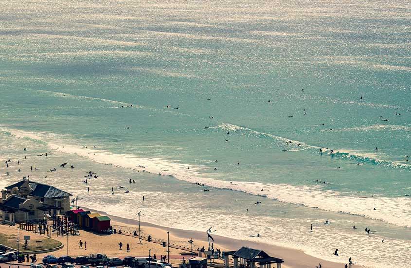 vista aérea de pessoas em mar de Muizenberg, uma das praias da África do Sul