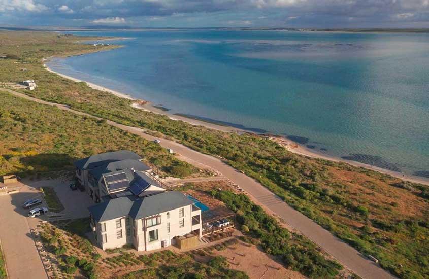 vista aérea de casa, estrada e praia em Shark Bay, uma das praias da África do Sul