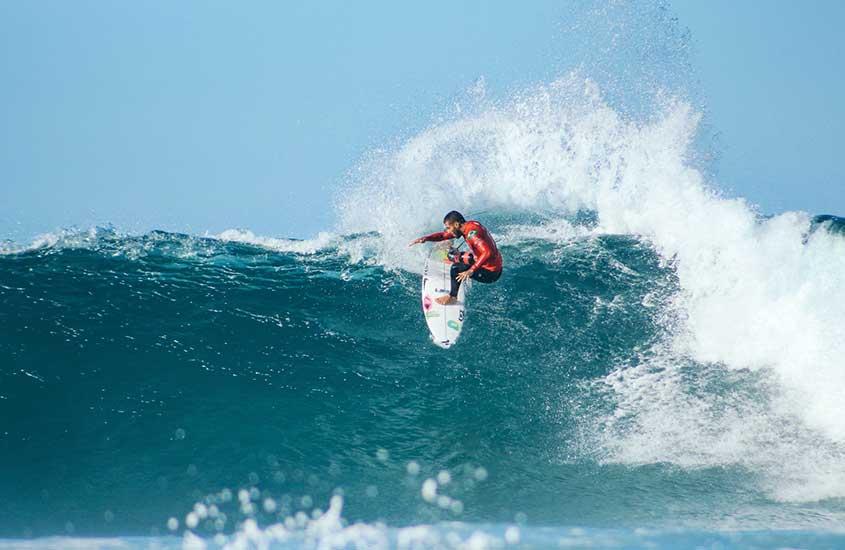 homem surfando em Jeffreys Bay, paraíso do surf na África do Sul