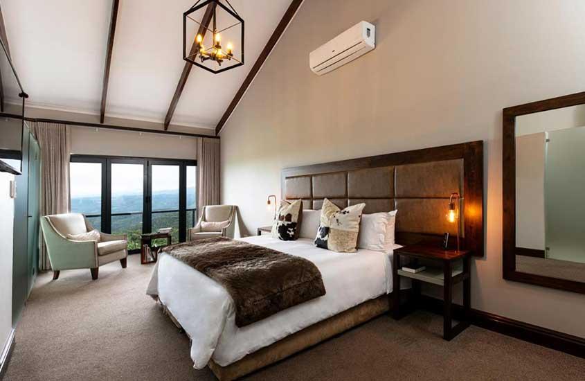 cama de casal e poltronas em quarto de Intle Boutique Hotel