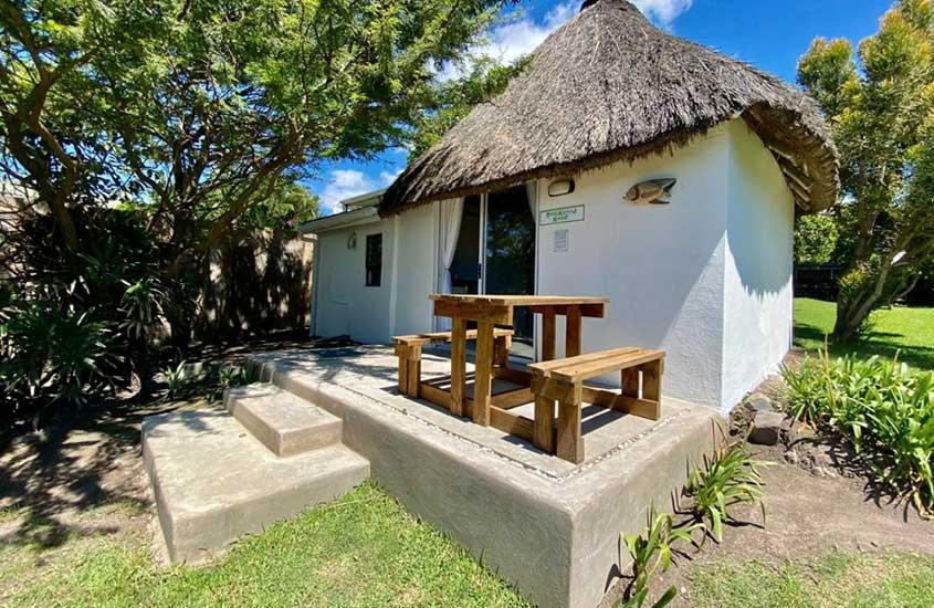 bancos e mesa de madeira em varanda de recepção de Sunset Bed and Breakfast, um lugar para ficar em Coffee Bay