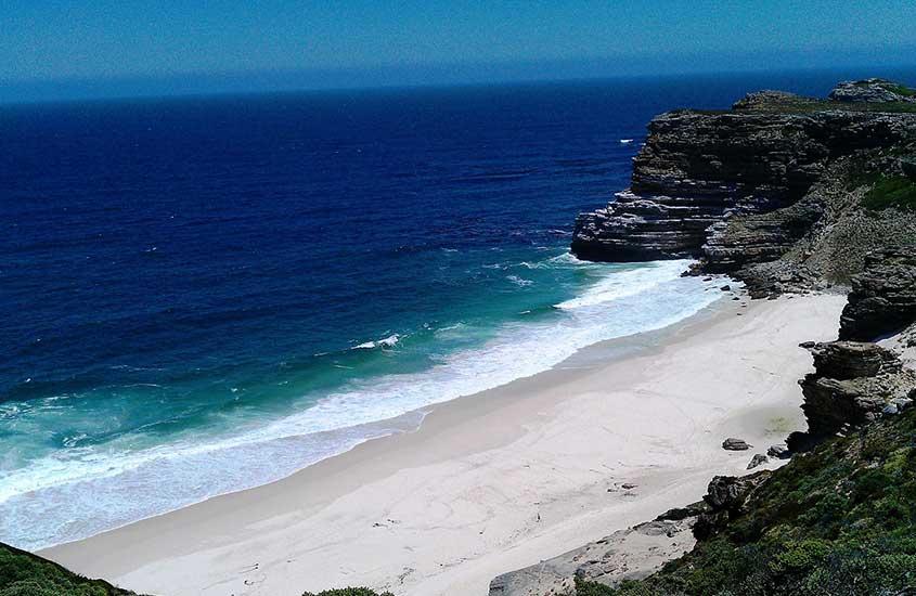 mar, areia e rochas em Diaz, uma das melhores praias da África do Sul