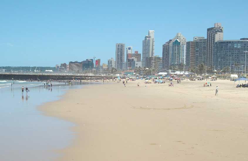 pessoas em areia em Golden Mile, trecho de praia no Oceano Índico que abriga algumas das melhores praias da África do Sul
