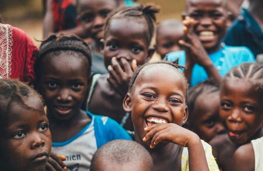 1. Crianças africanas sorrindo. Um dos mitos sobre viajar para a Africa é que ela é suja e subdesenvolvida