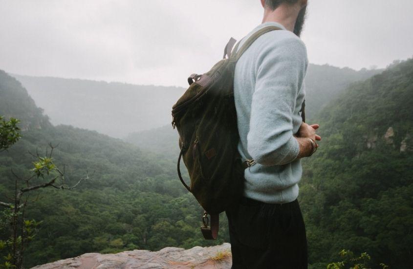 Homem em beira de montanha, durante dia nublado na Africa