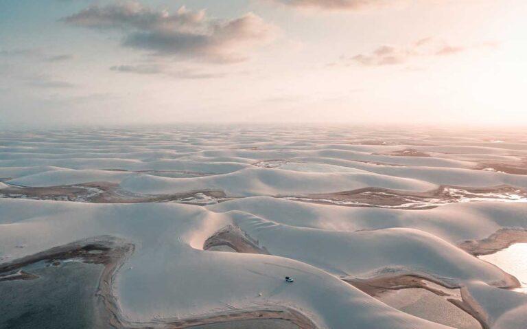 vista aérea de dunas dos lencois maranhenses, um dos destinos baratos no brasil
