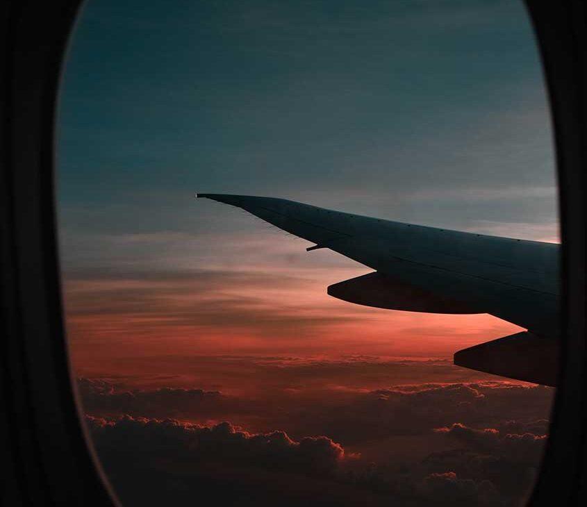 asa de avião sobre nuvens céu durante o entardecer