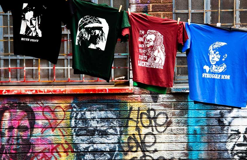 camisas em varal expostas para venda em rua de Joanesburgo