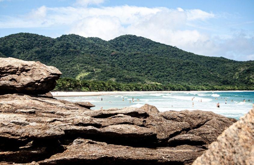 rochas, mar e montanhas em Angra dos Reis, um dos lugares mais bonitos do Rio de Janeiro
