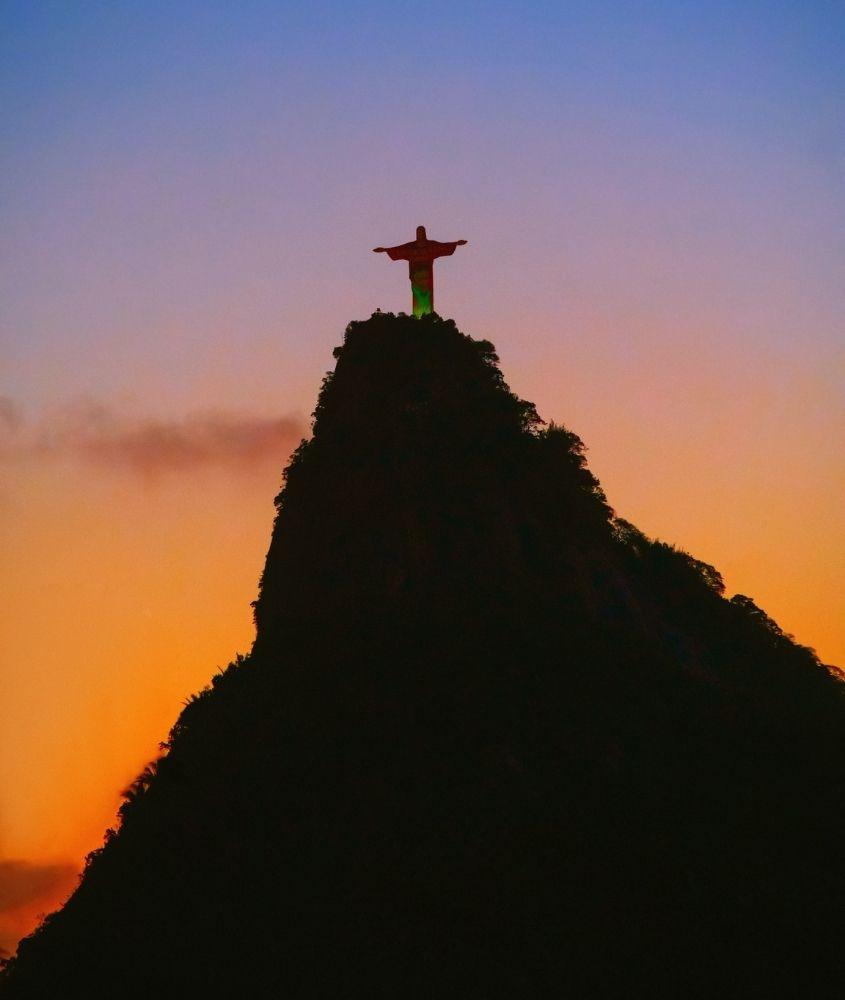 Estátua do Cristo do Redentor em cima de Morro do Corcovado, um dos lugares mais bonitos do Rio de Janeiro