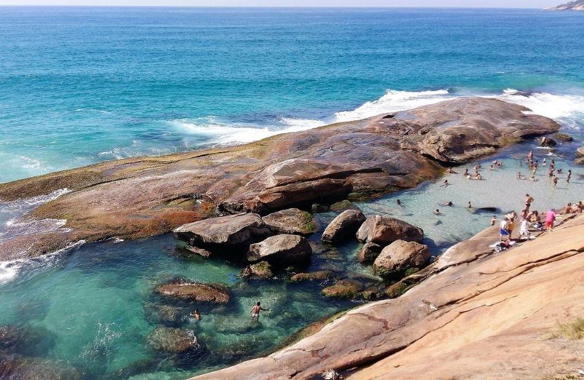pessoas nadam em piscina natural de Praia do Secreto, um dos lugares para conhecer no Rio de Janeiro