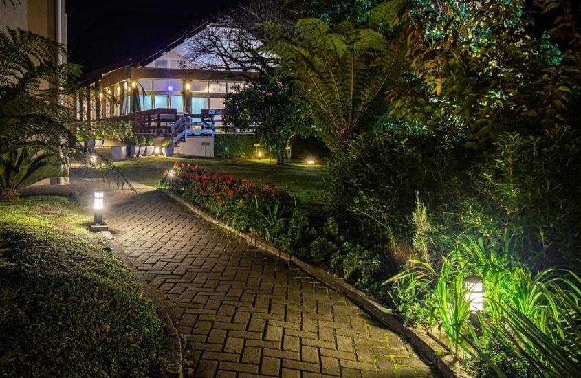árvores em entrada de Quero Quero que é uma ótima opção de hospedagem em Gramado, um dos lugares para passar lua de mel no brasil
