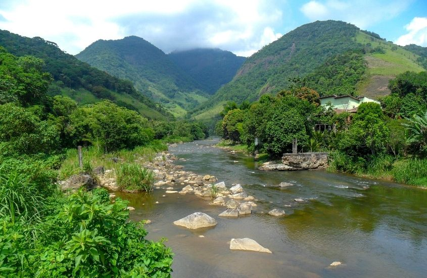 pedras, árvores e montanhas ao redor do Rio Sana