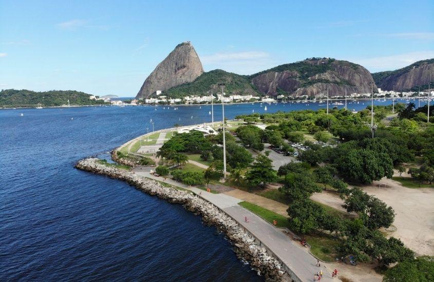 vista aérea de árvores em Aterro do Flamengo, mar e morro da Urca ao fundo