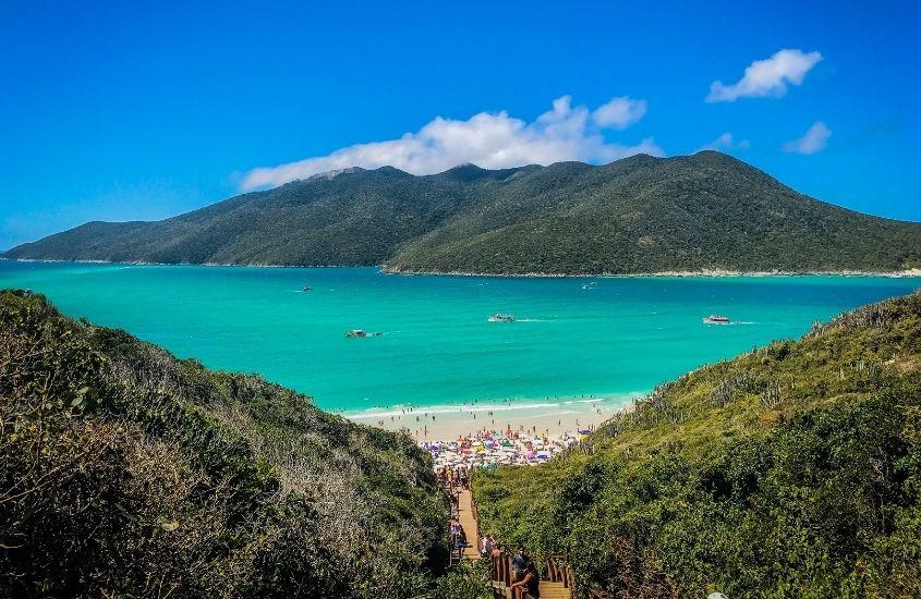 montanhas, areia e mar em dia ensolarado em Arraial do Cabo, lugar com alguma das melhores praias no Brasil